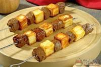 Espetinho de carne com queijo