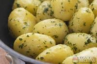 Batata bolinha com ervas aromáticas