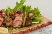 Espetinho de pernil assado com bacon