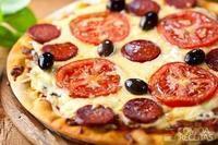 Pizza caseira com mussarela e calabresa