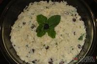 Salada de repolho, uva passa e maionese