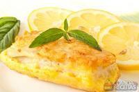 Filé de peixe assado com molho de limão