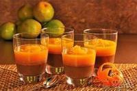 Tacinha de chocolate com coco e calda de laranja