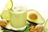 Suco de abacate com leite, limão e mel
