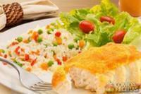 Peixe no fubá com arroz à grega