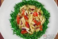 Mini pena com rúcula, tomate cereja, cebola, azeitonas e queijo