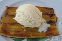 Banana da terra frita com açúcar, canela e sorvete