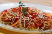 Fetuccine ao sugo de tomate com linguiça