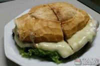 Sanduíche de carne e queijo
