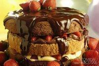 Naked cake de frutas vermelhas e chocolate