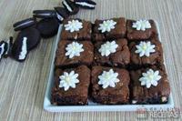 Bolo brownie com biscoito recheado