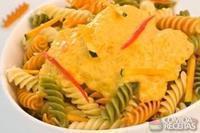 Parafuso tricolori com vegetais ao molho de abóbora e queijo