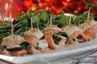 Rolinho de salmão com espinafre e tomate seco