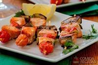 Espetinho de salmão e vegetais