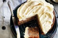 Bolo de banana, avelã e café com cobertura de caramelo com flor de sal