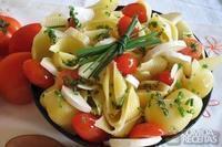 Macarrão com queijo de cabra, tomates cereja e ervas