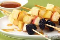Espetinho de frutas ao molho de mel
