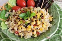 Salada de feijão fradinho com macarrão ao molho vinagrete