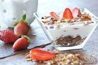 Sucrilos com iogurte natural, mel e morango