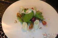 Mix de folhas com mussarela, tomate e castanha