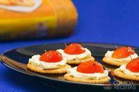 Canapé de queijo e tomate