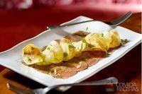 Carpaccio de rosbife com chips de batata doce