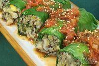 Charuto de couve com risoto de quinoa, shimeji e salsa de tomate