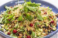 Salada de grãos com frutas, castanhas e folhas