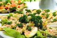 Barquete de endívia com salmão marinado