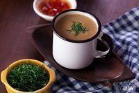 Caldinho de feijão bolinha com crisp de couve