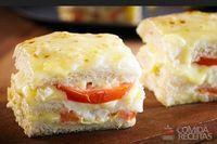 Sanduíche quente de queijo e tomate