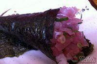 Temaki de salmão com cebolinha