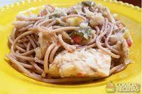 Espaguete integral com bacalhau