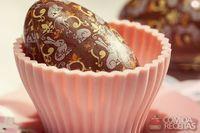 Ovo de chocolate caseiro de crocante com café solúvel