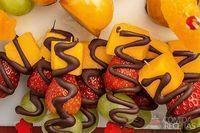 Espetinho de frutas listrado com chocolate