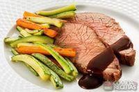 Assado de peito bovino com cenoura e abobrinha