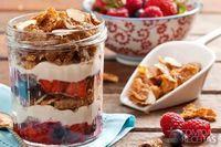 Surpresa de frutas vermelhas, iogurte e nesfit