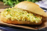 Sanduíche de ovo mexido cremoso