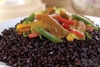 Arroz preto com carne de porco e legumes