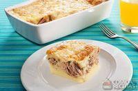 Torta com massa de pão de queijo e atum