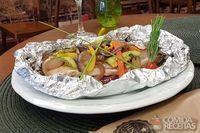 Tilápia no papelote com legumes