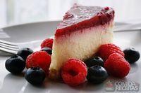 Cheesecake com calda de frutas silvestres