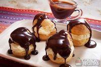 Profiteroles com sorvete de creme e calda de chocolate