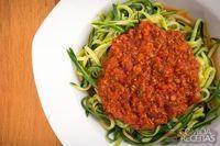 Espaguete de abobrinha ao molho bolonhesa