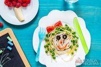 Frango desfiado com espaguete de ervilhas