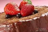 Bolo de chocolate com cobertura cremosa