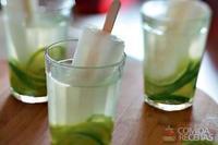 Caipirinha de água de coco com picolé de limão