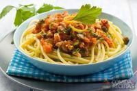 Espaguete de sardinha com molho de ervilha