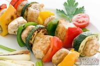 Espetinho de frango e legumes