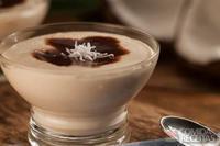 Gelado de coco com calda de chocolate